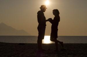 砂浜で向き合うカップル