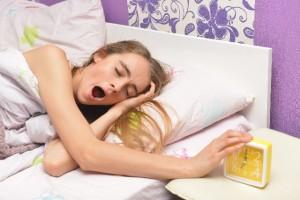 あくびをする外国人女性
