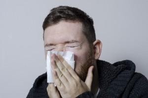 鼻をかむ外国人男性